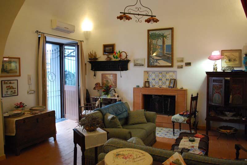 Tramonti divini casa di campagna bed coffee - Sala da pranzo e salotto insieme ...